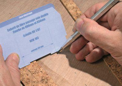 8-Le gabarit sert à la pose pratique de la deuxième plate-forme ici en liège. Le traçage est simple : un crayon gras ou un feutre fin qui déposera tous les 10 cm la marque de l'entraxe.