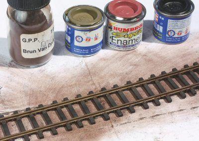 2–La voie qui va recevoir le ballast Décorail, ainsi que le sable et les touffes d'herbe, est préparée : traverses en moins, peinture des rails et des traverses usées auparavant.