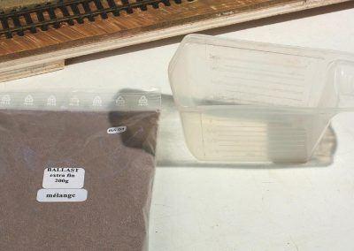 5–Pratique : le ballast est transvasé dans un doseur pour lessive en poudre…