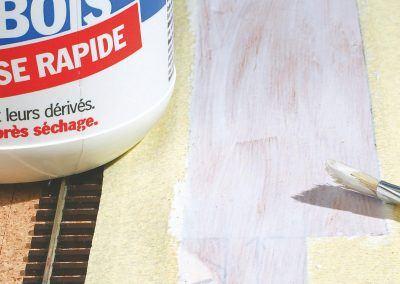 15-Une fi ne couche de colle vinylique est appliquée sur le contreplaqué sans trop déborder sur l'adhésif.