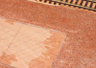 19-L'emplacement du bâtiment voyageurs est prêt à recevoir sa maquette. A noter la colle liquide (partie humide à droite de l'image) qui s'était insinuée sous l'adhésif, d'où suppression rapide.