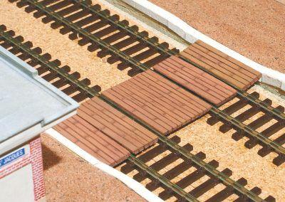25-Ajustez le plancher et collez-le défi nitivement en l'alignant le mieux possible entre les deux «bateaux» des quais.