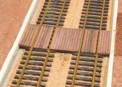 26-La voie est patinée. Les bordures peuvent être peintes plus foncées ainsi que le passage planchéié.