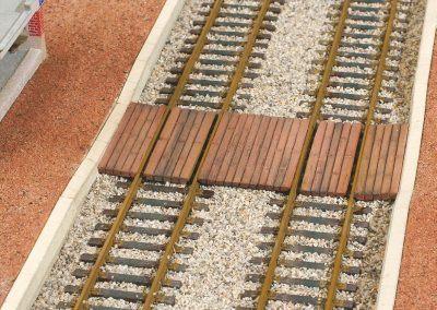 27-Le ballast est posé. Attention de ne pas en mettre dans l'espace entre le rail et les planches du passage.