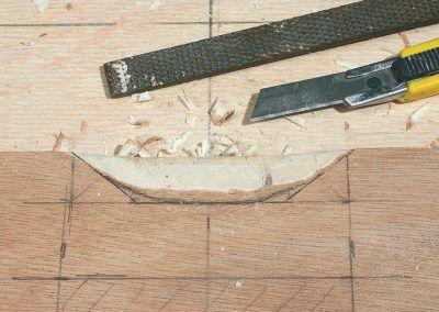 4-Cutter, ciseau à bois et lime sont les outils adéquats pour travailler le contreplaqué.