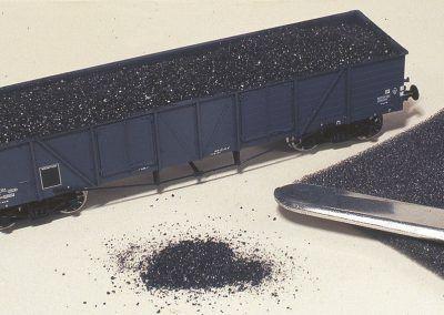Nous recouvrirons celui-ci d'une couche de charbon réel concassé fixée par de la colle d'écolier.