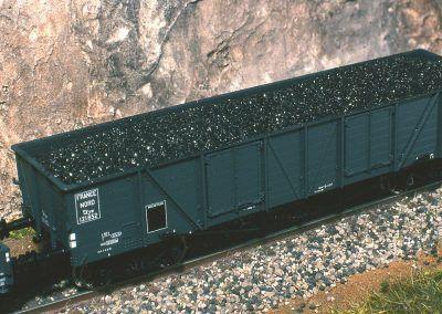 Bois ou charbon, le rendu en ligne est très réaliste. Notez le scintillement du vrai charbon et l'aspect des extrémités des troncs sur le wagon plat.