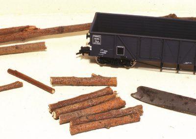 Pour le chargement en bois de notre tombereau, nous débiterons en section plus courte nos billots. Des traces de l'ébardage seront pratiquées donnant un aspect réaliste à l'ensemble.