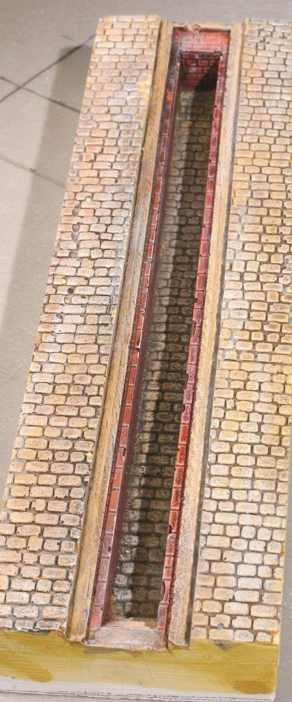 2 – La décoration de cette fosse a été faite à l'aide de peintures acryliques appliquée sous forme de lavis (peinture très diluée).