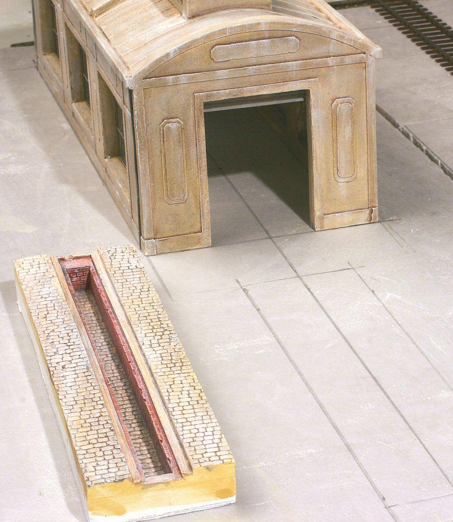 3 – Ce dépôt est constitué d'un sol en polystyrène extrudé de 40 mm d'épaisseur posé sur un contreplaqué de 10 mm. Les dimensions extérieures de la fosse sont tracées au crayon sur le sol.