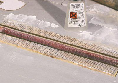 7 – Les rails sont fixés avec une colle contact (cyanoacrylate).
