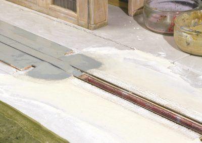 9 – Un enduit de plâtre reprend le niveau de la fosse et de son environnement immédiat.