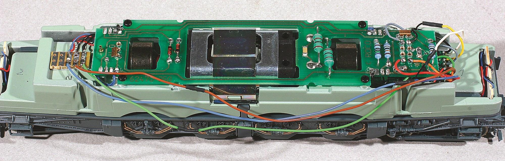 3-Décodeur monté, raccordement des feux sur circuit imprimé relais (à gauche sur la photo).
