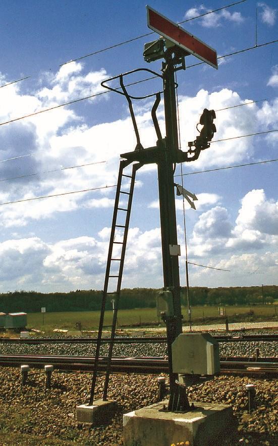 8-Ce sémaphore mécanique unifié en position fermée s'adresse aux deux voies de sortie de la gare comme l'indiquent les deux flèches blanches. Il est reproduit en H0 par Drim3D, LMJ, MKD.