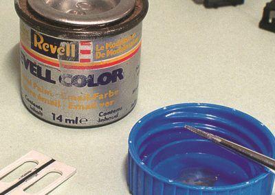 Nous soulignerons le joint de caoutchouc par un trait de peinture noire. Les poignées des portes et la serrure seront peintes en aluminium.