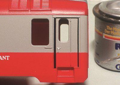 De même, les poignées des portes d'accès recevront également une pointe de peinture aluminium.