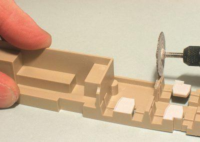 Une petite fente sera réalisée afin de recevoir les nouvelles cloisons en plastique transparent.