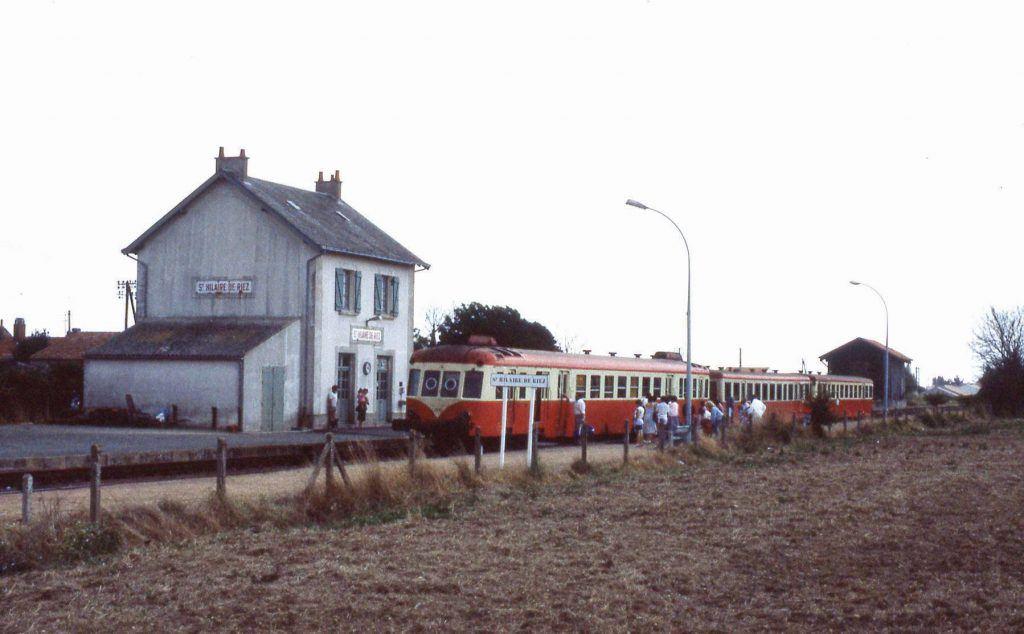En 1984, un X 2400 avec deux remorques d'autorail en direction de Nantes s'apprête à prendre des voyageurs.
