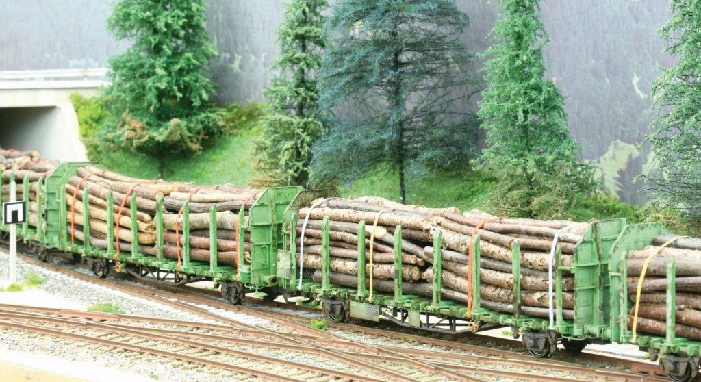 Patine et chargement d'un wagon Laaps de grumes Sud Express