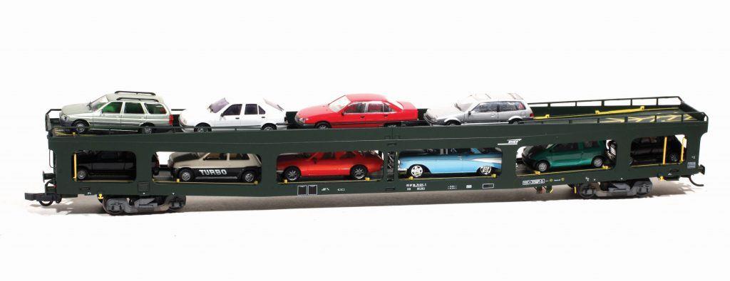 Un fourgon porte-automobiles « DD » produit par LS Models - Héris, le plus réussi de ce type de fourgon, chargé de quelques voitures. Les barres de calage des voitures sont fournies avec le fourgon.