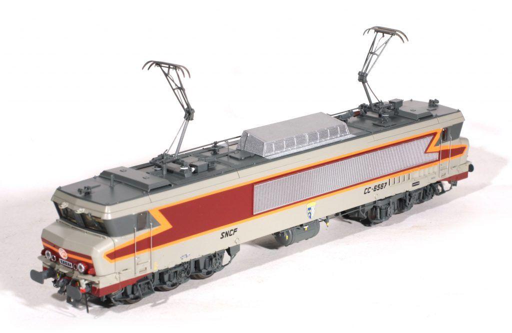 La CC 6567, 3e série, avec ses persiennes en acier inoxydable. Elle porte le blason de Brest.