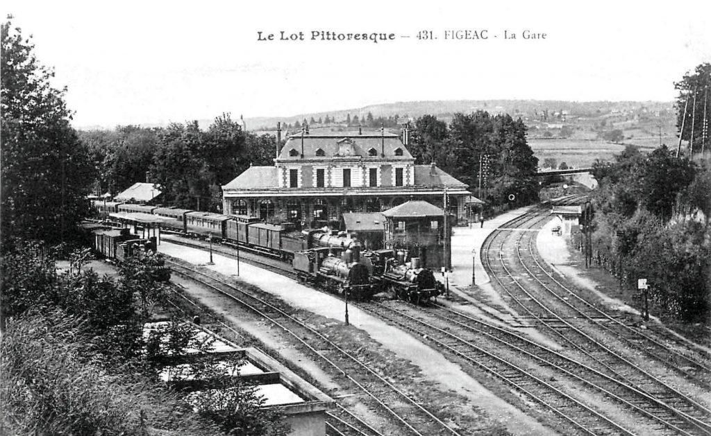 La gare de Figeac probablement dans les années 1920. Le BV trône fièrement à la croisée des lignes venant de Brive à gauche et d'Aurillac à droite.