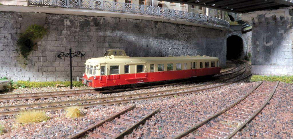 Dans une tranchée à l'allure très Petite-Ceinture, un X 3800 en marche à vide relie deux grandes gares parisiennes.