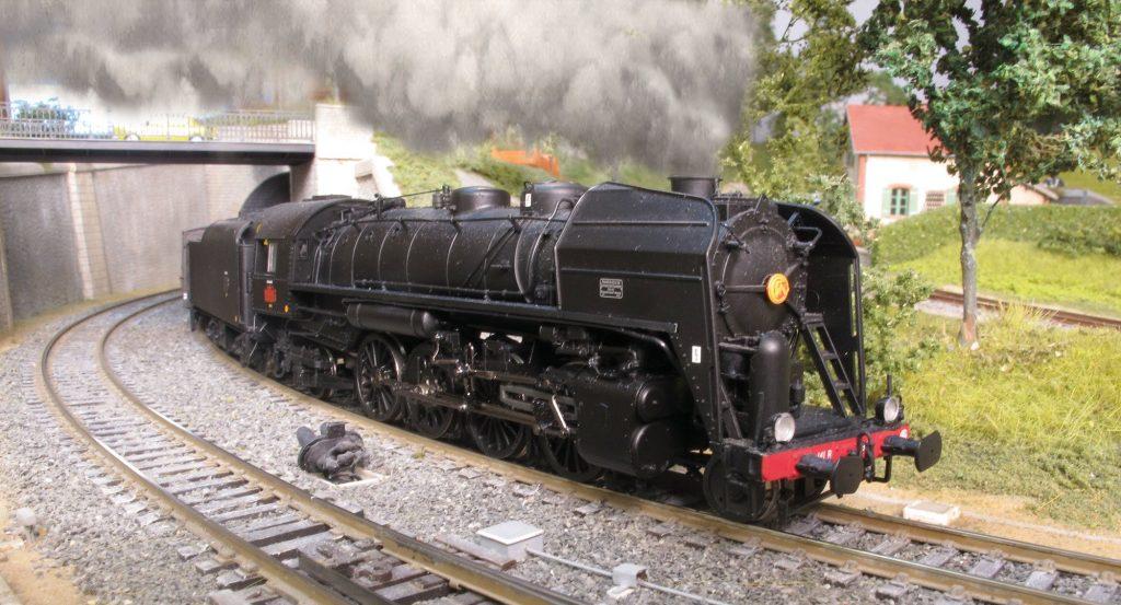 Une 141 R en tête d'un train du Régime Ordinaire file à toute vapeur…vers la gare de Nocqueville.