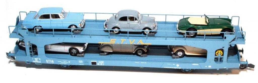 Ce wagon porte-autos STVA a reçu un chargement de 6 voitures correspondant à l'époque où les Trains-Autos-Couchettes circulaient avec leurs porte-autos de couleur bleue.