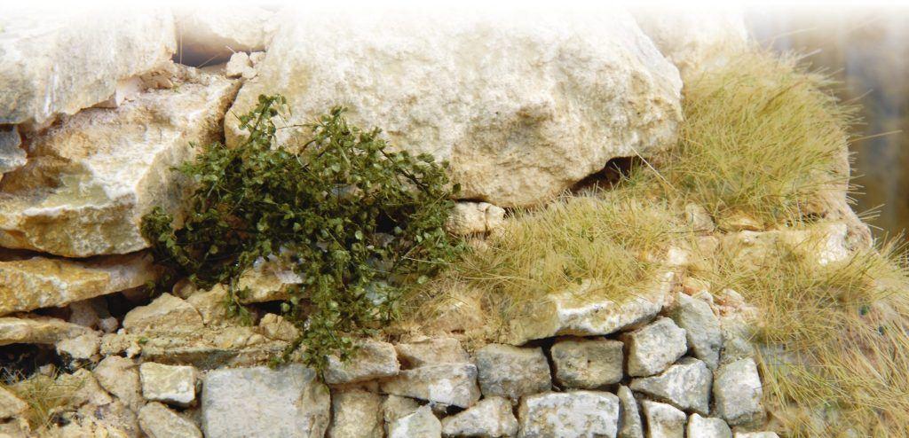 Les fibres appliquée au Gras Master peuvent se mettre partout comme en attestent celles-ci, accrochées au-dessus du mur entre celui-ci et la roche.
