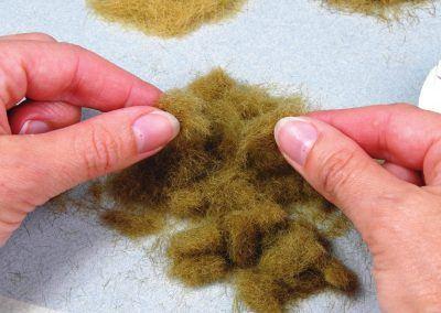 Pour faciliter leur mélange avec les fibres plus longues et faciliter la dispersion, il va convenir de les séparer.