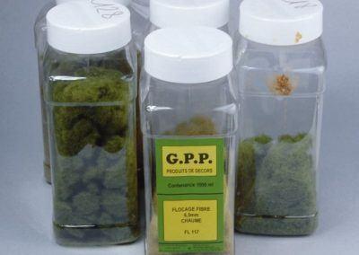 La base de tout ce sont les fibres (hors le Gras Master dont il vous faudra bien sûr disposer). Elles sont ici de marque GPP (marque disparue) mais elles sont disponibles chez Noch, chez Heki (5-6 mm) et d'autres marques.