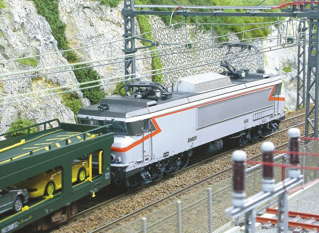 Émergeant d'un tunnel la CC 6568 en livrée Béton (modèle TAB) approche...