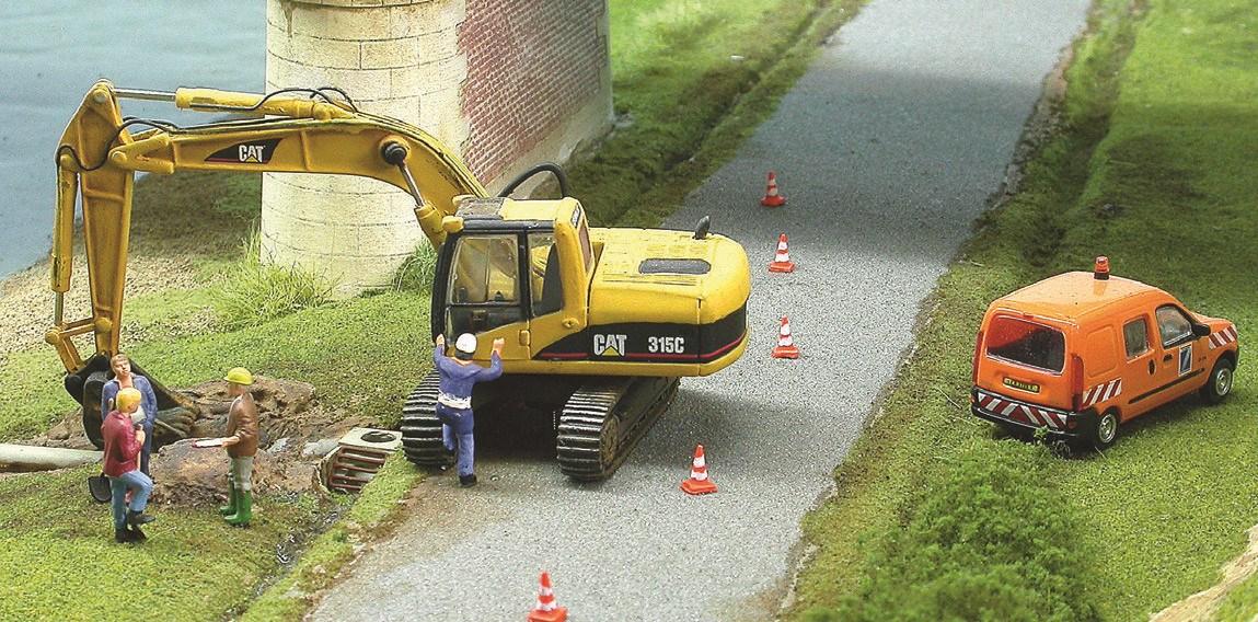 Le passage des trains ne perturbe pas le travail de ce chantier de VRD (voirie réseau distribution)...