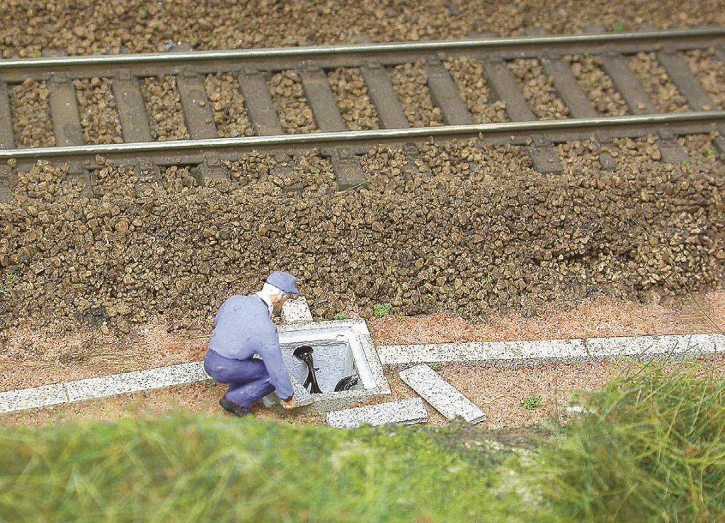 Cet agent inspecte dans ce regard les câbles de signalisation. Réalisme assuré !