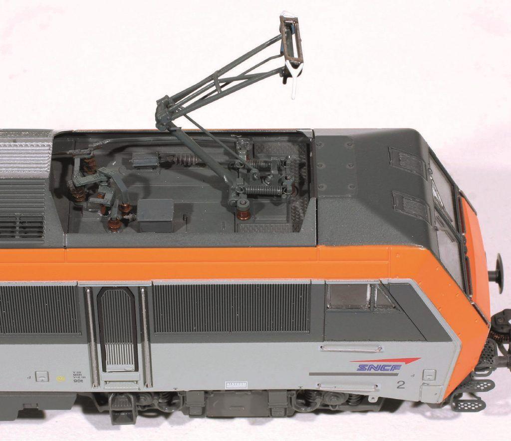 9 - Gros plan sur le pantographe AM 90 U, à la fin du montage des équipements et avant superdétaillage peinture.