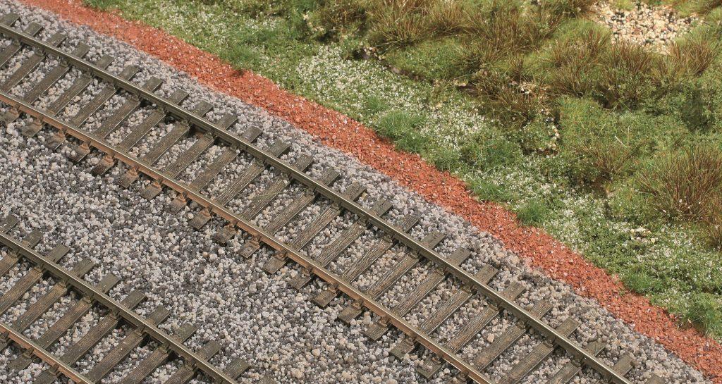1-La voie double ballastée, décorée, encadrée des deux pistes et d'un environnement végétal.