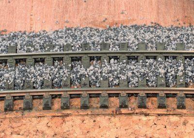 10-Préférez un petit cordon de ballast au centre de la voie qu'un gros tas de granulés plus diffi cile à répartir entre les traverses.