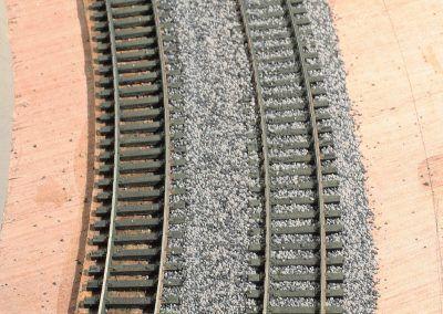 13-La première voie est ballastée avec la partie centrale.