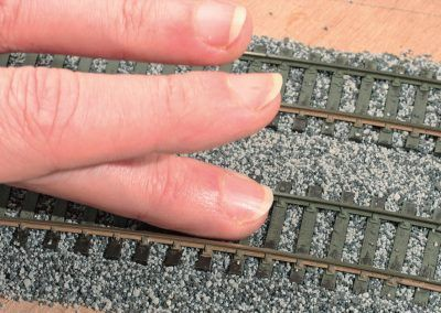 15-Une astuce : passez à plat votre doigt sur les traverses, les quelques grains restant sur ces dernières regagneront ceux dans les intervalles.