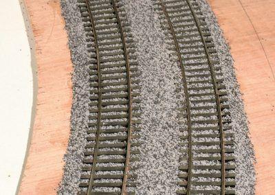 16-La double voie Peco code 75 ballastée à sec attend son encollage à la vinylique rapide.