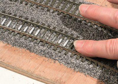 19-Avec votre doigt, passez sur les traverses pour enlever le trop de colle. Essuyez votre doigt autant de fois qu'il le faut sur un chiffon pour qu'il reste sec.