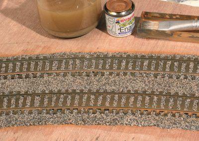 21-Appliquez à la brosse souple une patine légère de peinture Humbrol très diluée couleur un peu rouille (HB 26), par exemple.