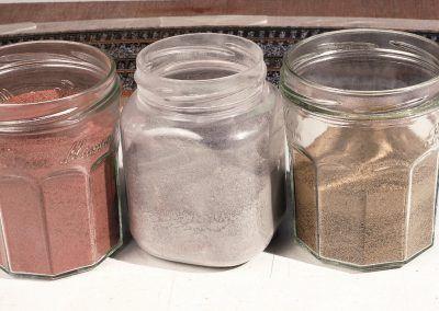 22-La piste est réalisée traditionnellement en sable de couleur rose, mais il peut être gris clair, voire teinte sable.