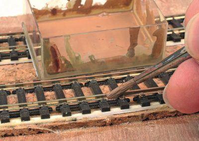 3-Le côté extérieur du rail sur notre double voie ferrée au trafi c important est peint avec un mélange d'ocre HB 83 et de kaki HB 26 appliqué avec un pinceau fi n n° 8.