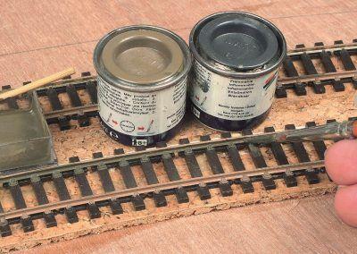 4-Le côté intérieur est peint avec un mélange de gris foncé HB 67 et de kaki HB 26. Les attaches des rails profi tent aussi de la peinture.