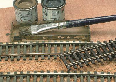6-Remarquez la voie patinée et le rail à droite «brut» de plastique (Peco code 75).