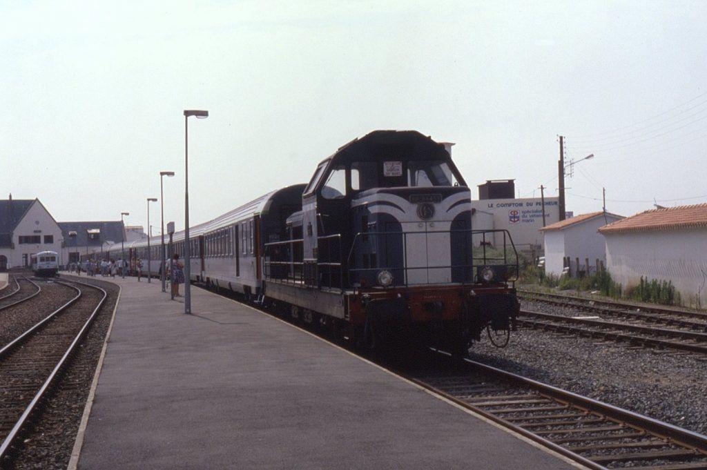 La BB 66439 à Saint-Gilles-Croix-De-Vie en tête du train pour Paris Montparnasse le 24 juillet 1990 (photo Phil Richards)