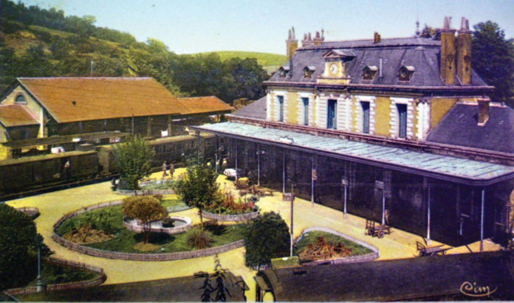 La gare de Figeac. Remarquez le réverbère dans l'angle en bas à droite. Ils sont plusieurs, répartis le long des deux quais. Les chariots à bagages sont également en grand nombre, parfois tous bien alignés au-delà de la marquise.