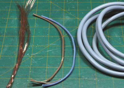 2 – Le câble électrique est dénudé et les brins de fi ls de cuivre sont réunis.